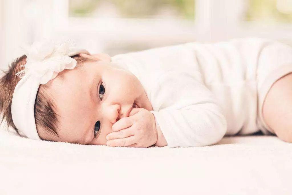 婴儿吃手照片可爱